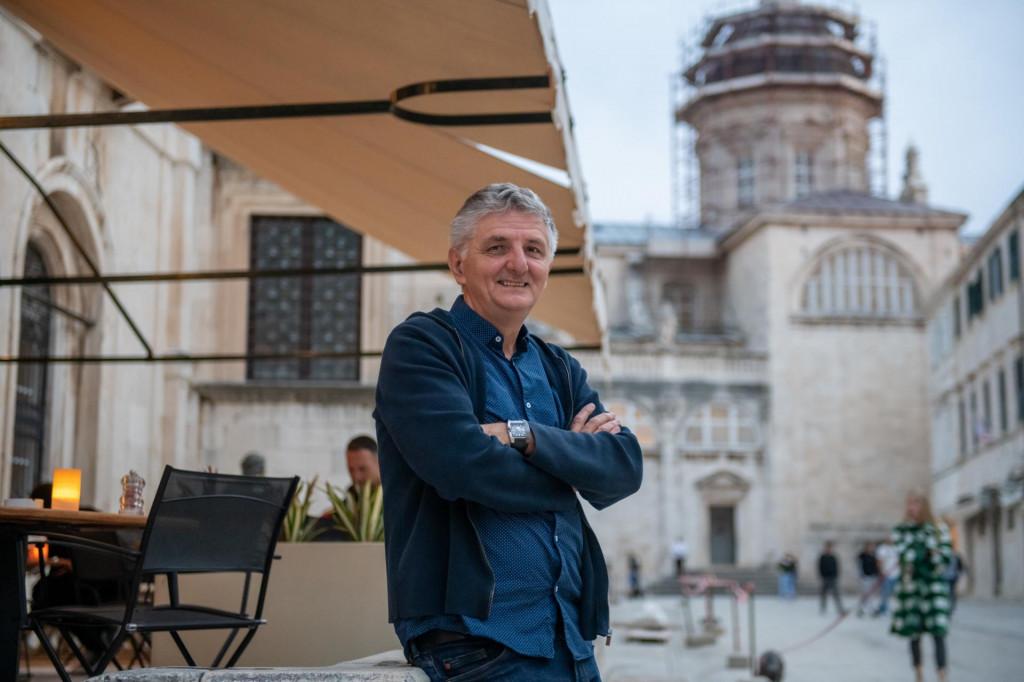 Mićanović je ovogodišnji dobitnik Nagrade Goranov vijenac za cjelokupni pjesnički opus i ukupan doprinos hrvatskoj književnosti