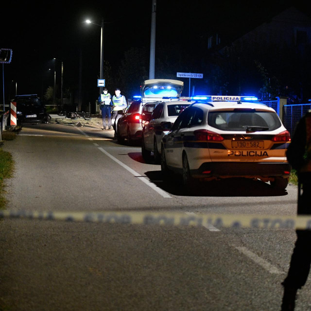 Zagreb, 101020.<br /> Jakovlje.<br /> Toplicka cesta.<br /> Prometna nesreca osobnog automobila i motocikla prilikom koje je vozac motocikla smrtno stradao.<br /> Na fotografiji: policija radi ocevid.<br />