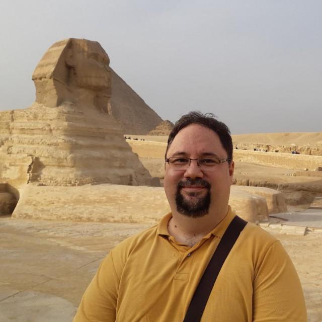 Daniel Rafaelić na licu mjesta, ispred piramide
