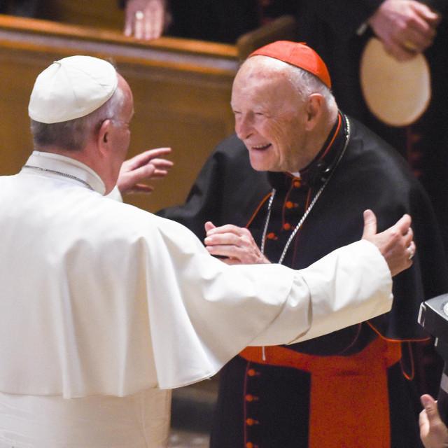 Kardinal Edgar Theodore McCarrick hita u zagrljaj pape Frane