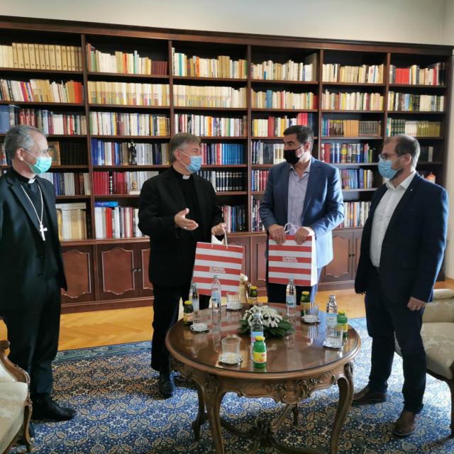 Nadbiskupi Dražen Kutleša i Marin Barišić s Miroslavom Ivićem i Jadranom Kaporom