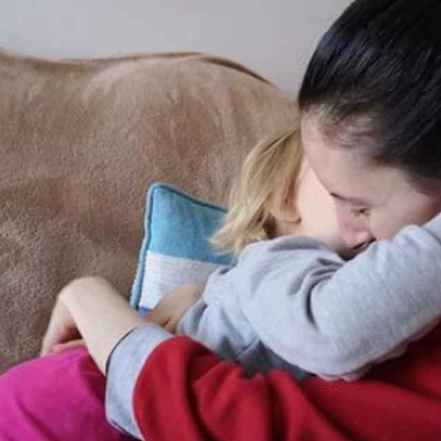 Viktorija u zagrljaju kćerkice Fride<br />