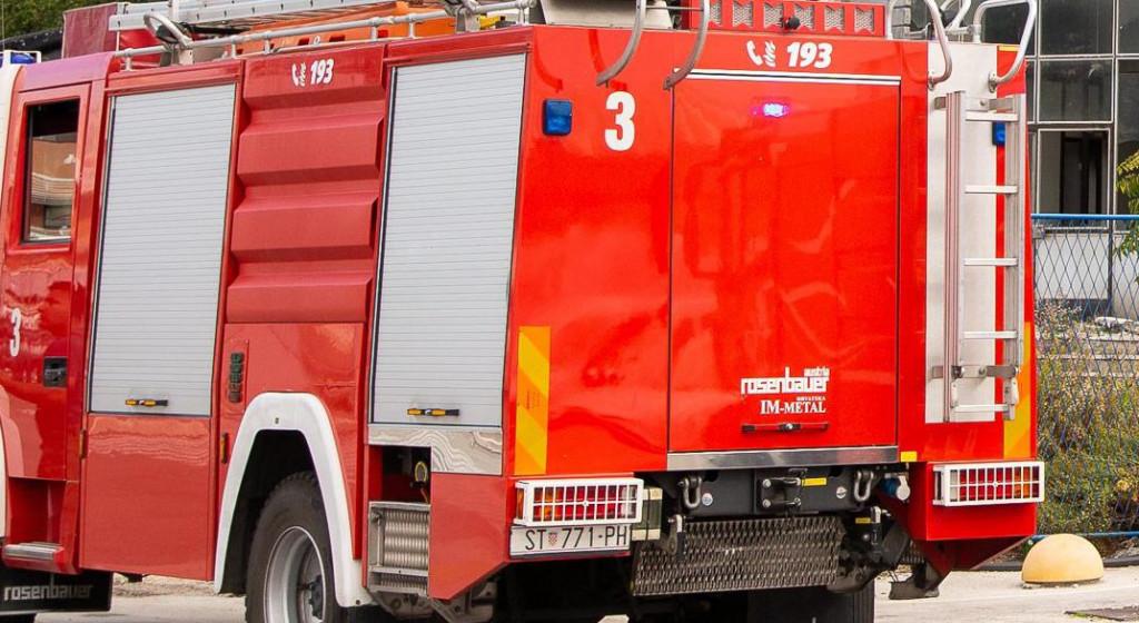 Split, 021120.<br /> U zgradi Dalmacijavina u splitskoj trajektnoj luci izbio je pozar koji su vatrogasci ubrzo ugasili.<br />
