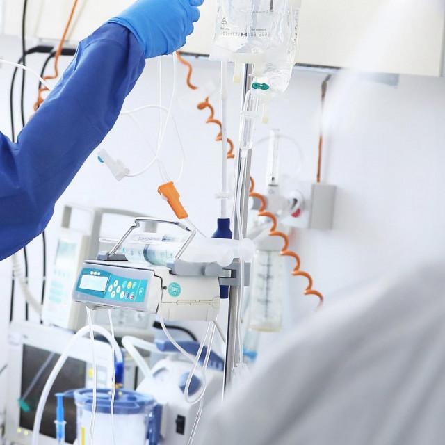 Split, 250820<br /> COVID odjel na infektologiji bolnice Krizine.<br /> Medicinske sestre pokazuju postupak ponasanja od samog ulaza do izlaza sa odjela.<br /> Na fotografiji: Antonia Vukovic medicinska sestra pored respiratora<br />