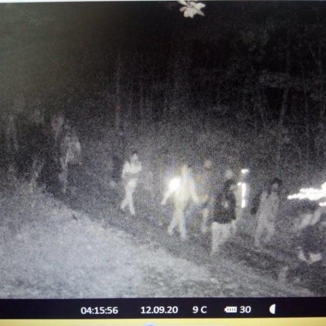 Prizori s kolonama migranata koji se nesmetano kreću šumskim putovima, snimljeni samo na jednoj nadzornoj kameri s područja Mrkoplja