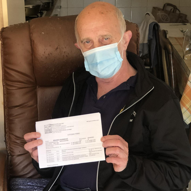 Branko Đorđević živi u Krležinoj ulici. Pokazuje nam otpusno pismo s brojnim teškim dijagnozama...