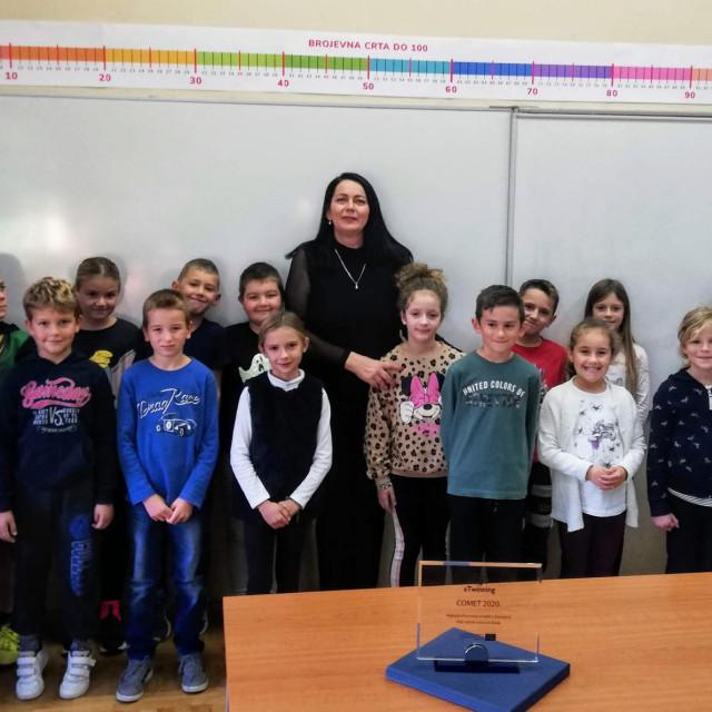 Učiteljica Branka Pastuović sa svojim učenicima