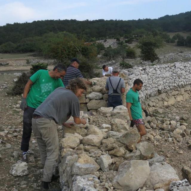 Meštri i volonteri uložili su puno truda u obnovu urušenog suhozida