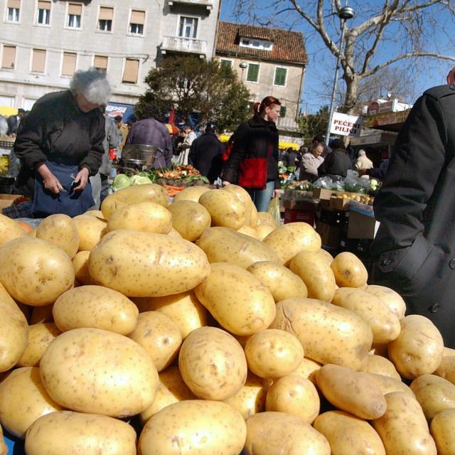 Split, 11.3.2005., gradska mladi krumpir na pazaru foto Josko PONOS