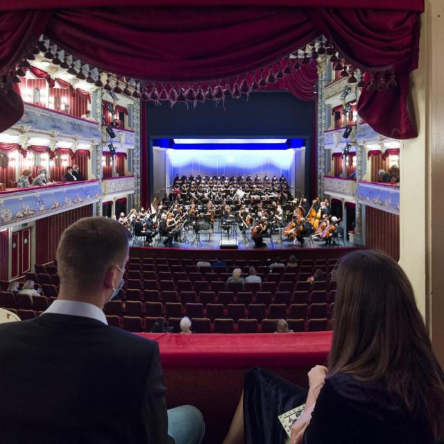 Gala koncert opernih arija u HNK Split 5. listopada uz petero solista, orkestar, zbor i grupicu slušatelja postao je obrazac novoga glazbenog normalnog<br />