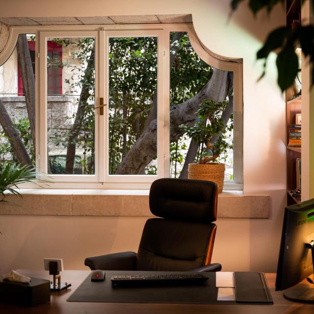 Ured dr. Borana Uglešića smješten je u najljepšoj prostoriji, s velikim prozorom koji gleda u vrt