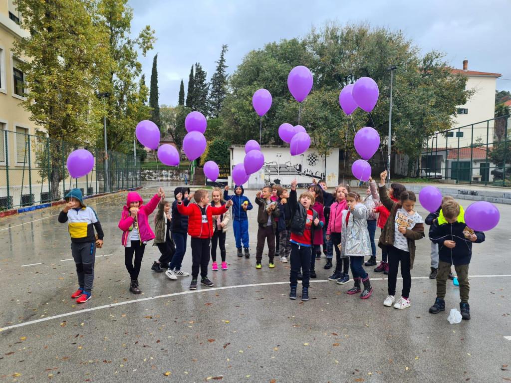 Djeca OŠ Marjan puštaju ljubičaste balone kako bi obilježili Međunarodni dan svjesnosti o prijevremenom rođenju