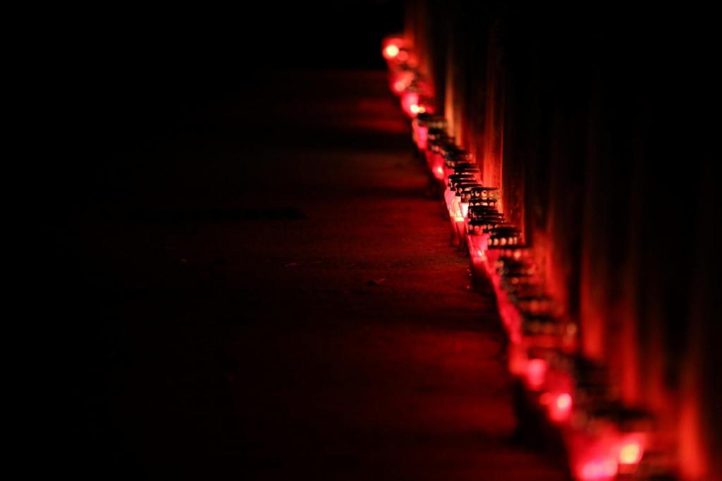 Paljenje svijeća u Vukovarskoj ulici i ispred crkve sv. Vlaha