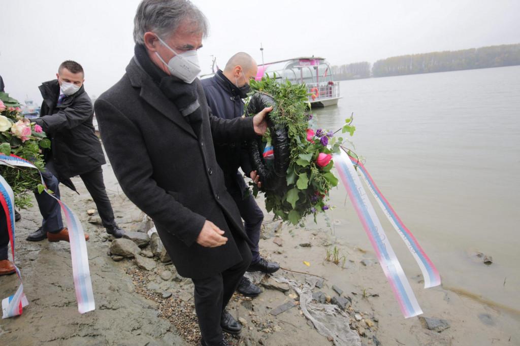 Milorad Pupovac i clanovi Srpskog narodnog vijeca polozili su vijence u Dunav za stradale Vukovarce i Vukovarcanke srpske nacionalnosti nakon cega su posjetili Ovcaru.<br /> Na fotografiji: Boris Milosevic i Milorad Pupovac.<br /> <br /> <br /> <br /> <br />