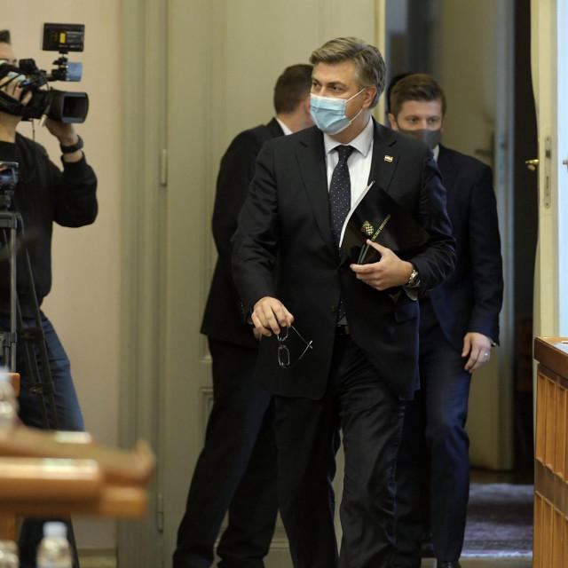 Premijer ulazi u sabornicu