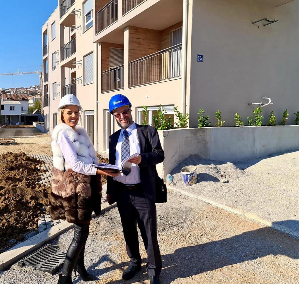 Joseph Isaac Sternlight i Nikolina Perković, voditeljica ureda i administracije tvrtki u Hrvatskoj, ispred objekta 'Glavičine' u Solinu