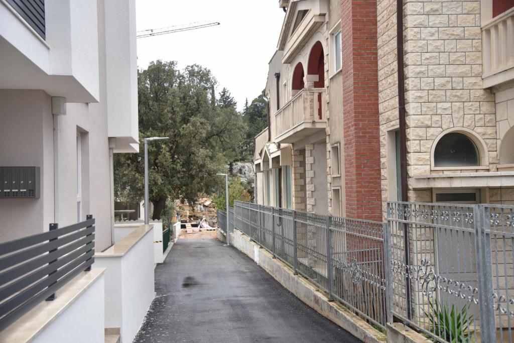 Uski prolaz između zgrada