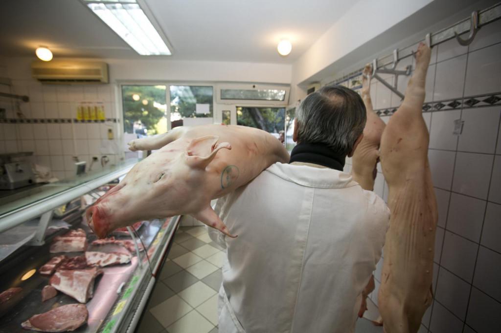 Hladni dani povećali su promet svinjetinom u splitskim mesnicama. Mnogi Dalmatinci tradicionalno kupuju svinjetinu kako bi je sušili u nekom od sela Zagore.<br />