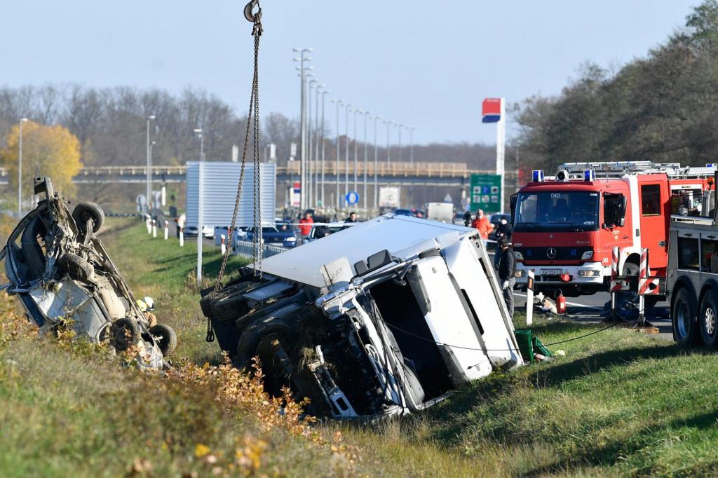 Zagreb, 211120.<br /> Zdencina.<br /> Jutros je na autocesti A-1 na 19. km kod odmorista Zdencina doslo do teske prometne nesrece u kojoj je vise osoba smrtno stradalo i ozljedjeno.<br />