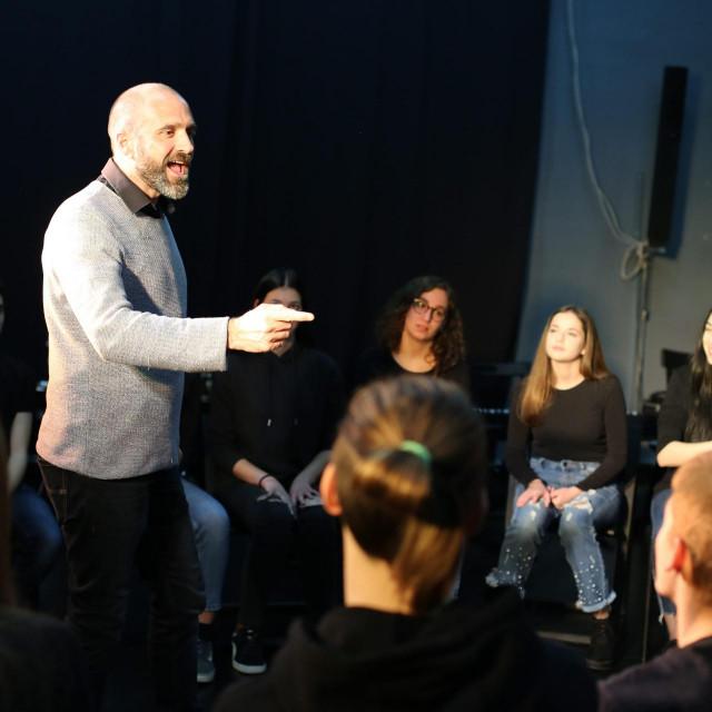 Elvis Bošnjak pri podučavanju mladih glumaca nije zaboravio Nadarevićeve lekcije<br />