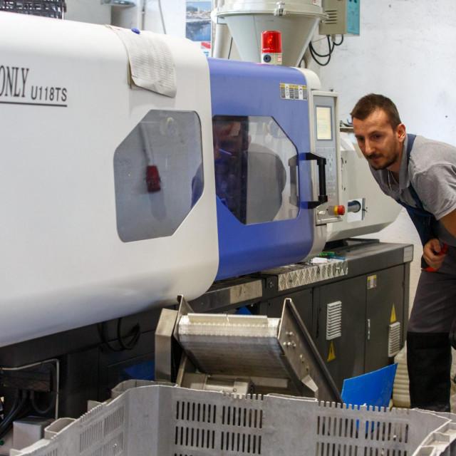 Ilustracija / Tvrtka Mold iz Splita proizvodi plasticne proizvode iskljucivo od reciklirajuceg materijala.<br /> Na fotografiji: Proizvodni pogon.<br />