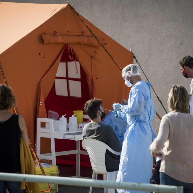 Sibenik, 021020.<br /> Ispred Opce bolnice Sibenik hrvatska vojska postavila je sator Alaska s pripadajucom jedinicom za grijanje i hladjenje, u cilju pruzanja pomoci lokalnoj zajednici i institucijama civilnog drustva u borbi protiv suzbijanja epidemije koronavirusa SARS-CoV-2.<br /> Na fotografiji: Uzimanje briseva za testiranje na Covid-19.<br />