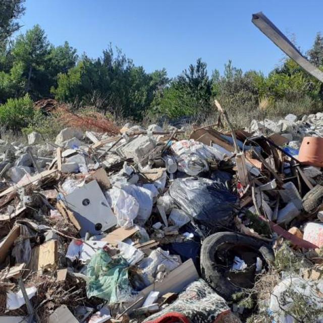 Jedna od gomila otpada putem do Kanice<br />