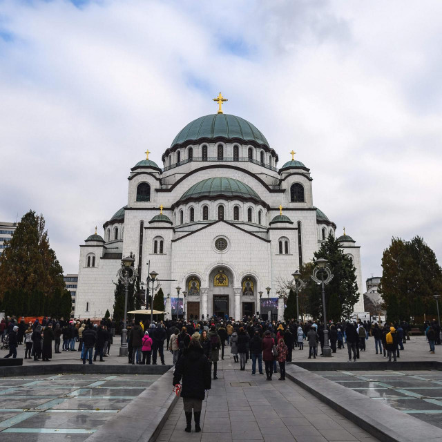 Orthodox faithfuls gather outside Belgrade's Saint Sava temple to pay their last respect to the late Serbian Patriarch Irinej during his funeral service on November 22, 2020. - Patriarch Irinej, the head of the Serbian Orthodox Church, died of coronavirus on November 20, 2020, three weeks after his unofficial second-in-command also succumbed to Covid-19, the church said. (Photo by Andrej ISAKOVIC/AFP)