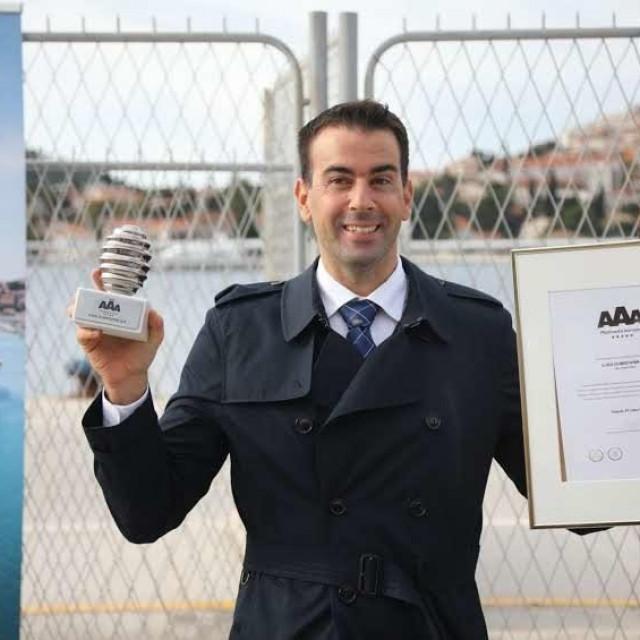 Predsjednik Uprave poduzeća Luka Dubrovnik Željko Raguž nakon održane press- konferencije dodijelio je i jubilarne nagrade zaposlenicima tog poduzeća