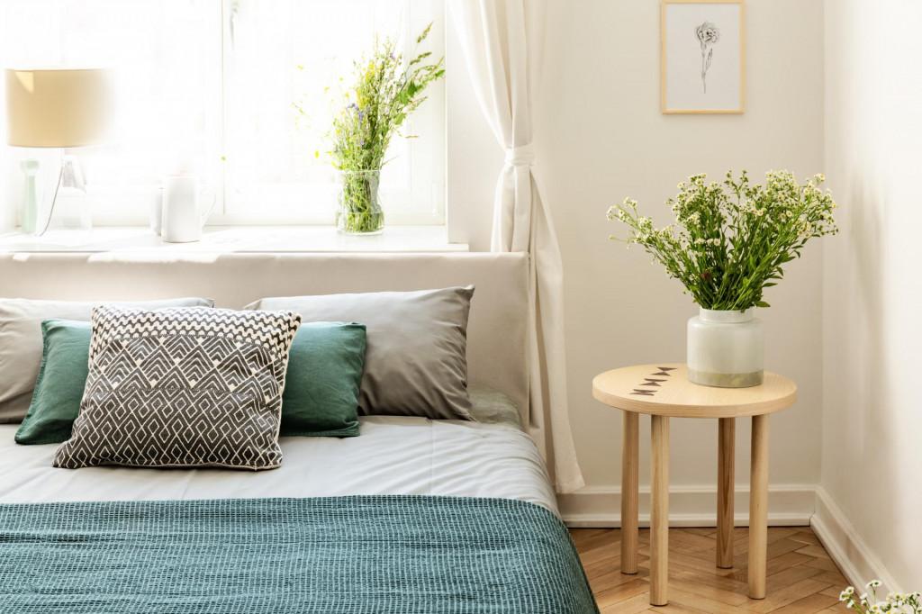 Sve češće se u spavaće sobe pored kreveta stavljaju mali pomoćni stolići