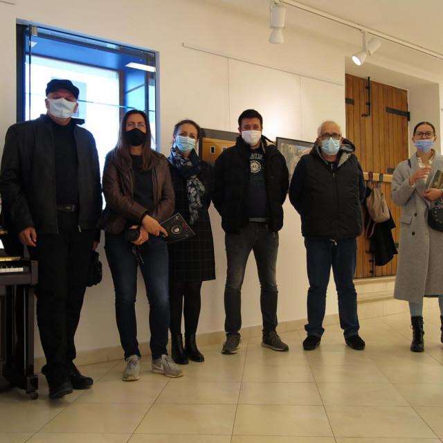 Organizatori i fotoamateri na otvorenju izložbe
