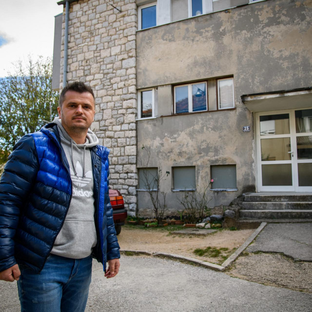 SPECIAL SD<br /> Knin, 201120.<br /> Darijo Ljubas ispred zgrade u kojoj prodao stani i ima problema sa poreznom upravom.<br />