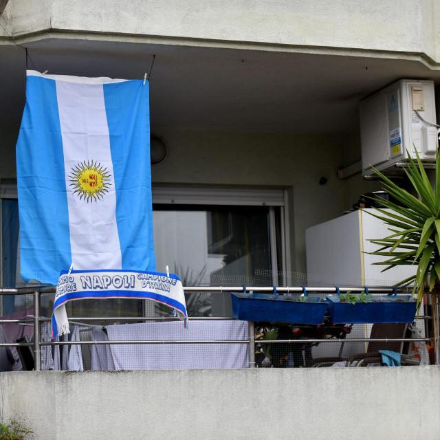 Jedan se Zadranin od omiljenog nogometasa Maradone oprostio objesivisi argentinsku zastavu i sal Napolija na balkonu svog stana.<br />