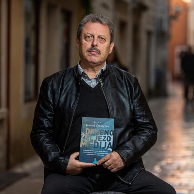 "Doc. dr. Nenad Vertovšek autor je knjige ""Drveno željezo medija"""