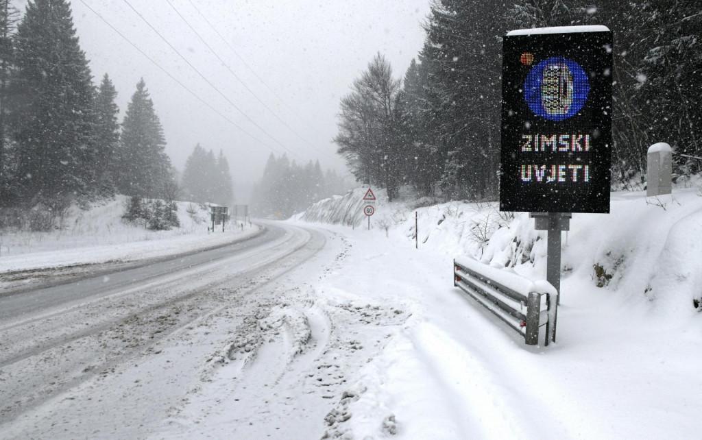 Rijeka, 240320<br /> Autoput Rijeka Zagreb.<br /> Zbog jakog vjetra i snjega dionica Kikovica - Delnice zatvorena za promet tegljacima, motociklima, autobusima i kamionima. Ceste od snjega ciste ralice.<br />