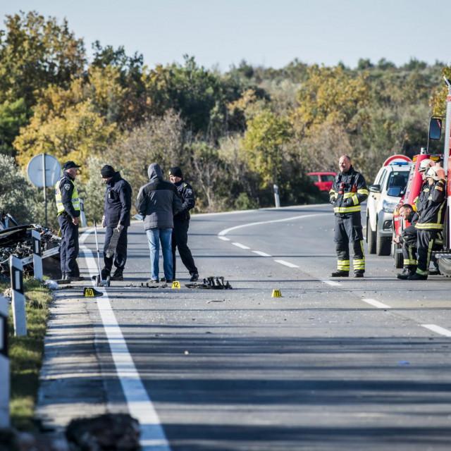 <br /> U jutrošnjoj prometnoj nesreći na cesti D8, nedaleko od skretanja za Jadriju kod Šibenika, jedna osoba je smrtno stradala, a dvije su ozlijeđene