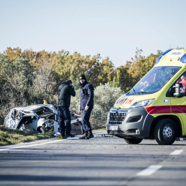 Sibenik, 301120.<br /> U jutrosnjoj prometnoj nesreci na cesti D8, nedaleko od skretanja za Jadriju kod Sibenika, jedna osoba je smrtno stradala, a dvije su ozlijedjene. Policijski ocevid je u tijeku.<br />