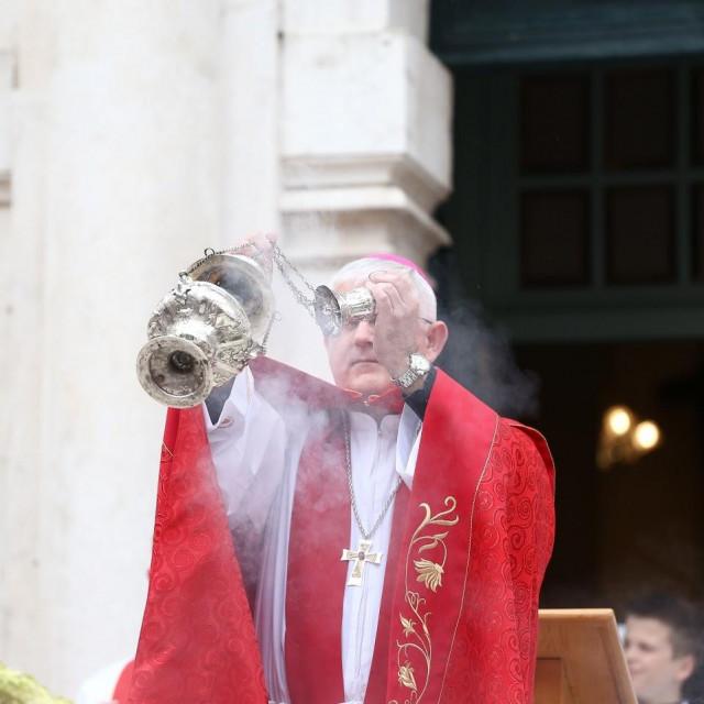 """""""Dubrovačka biskupija ostaje kod ranije odluke o blagoslovu obitelji"""", poručuju suradnici biskupa Mate Uzinića"""