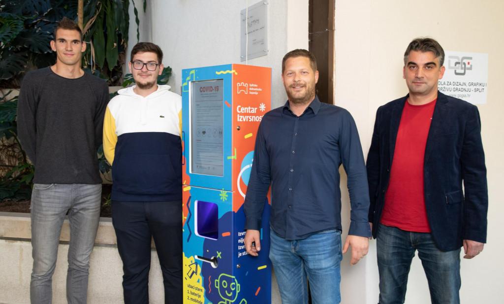 S lijeva Ivan Garmaz, Antonio Nikolić, Ivica Zelić (ravnatelj županijskog Centra izvrsnosti) i mentor Toni Jagnjić<br />
