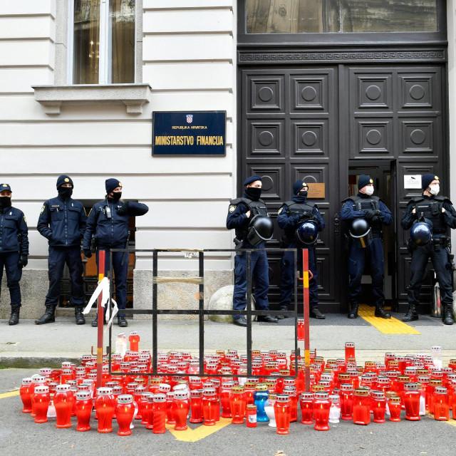 Ugostielji su ispred Ministarstva financija palili lampione