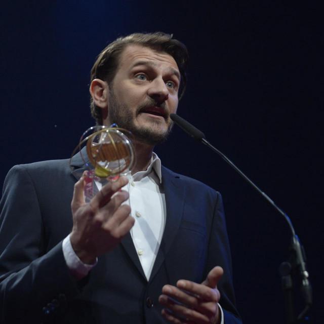 Dino Pešut nakon primanja Nagrade 'Marin Držić' u Splitu<br /> Jakov Prkić/CROPIX