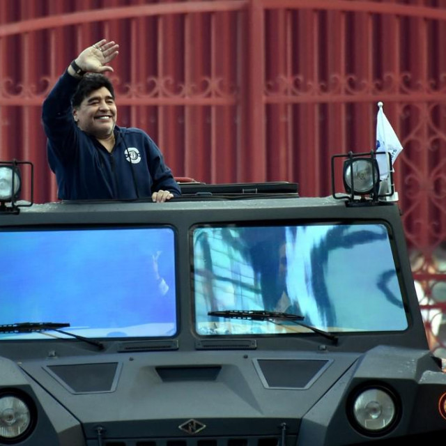 Maradona u vojnom vozilu koje je dobio na dar kada je preuzeo dužnost direktora Dinama iz Bresta