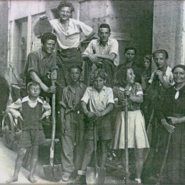 Vjeko Surać (prvi s lijeva s lopatom), 1946. u Kalelargi