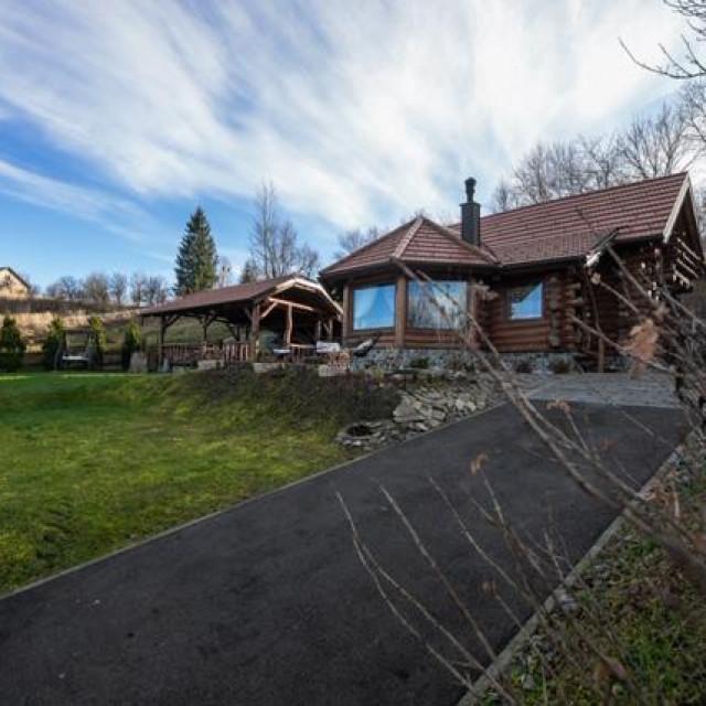 Kuća 'Roza' na oko 800 metara nadmorske visine ima pogled sve do Triglava