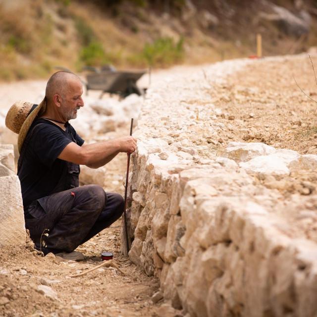 Potpora za rekonstrukciju postojećih ili izgradnju novog suhozida iznosi 739,98 kn po metru kubnom