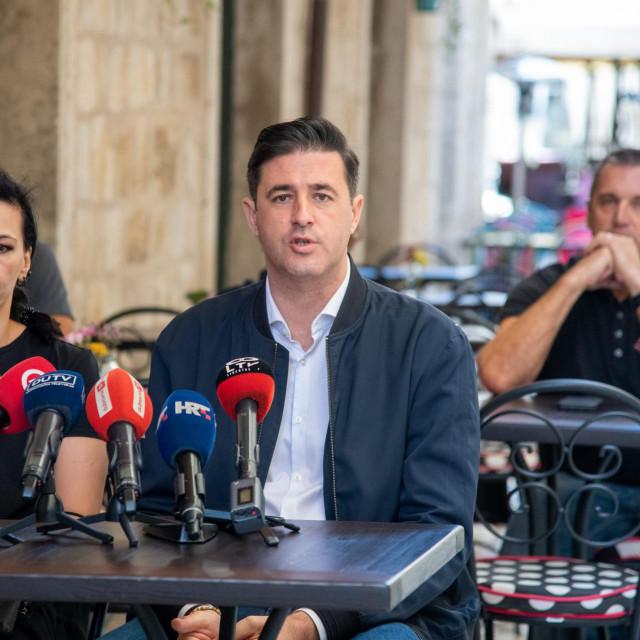 Ante Vlašić (sasvim desno), predsjednik Udruge ugostitelja Dubrovnik i Strukovne grupe ugostiteljskih djelatnosti pri HGK<br />