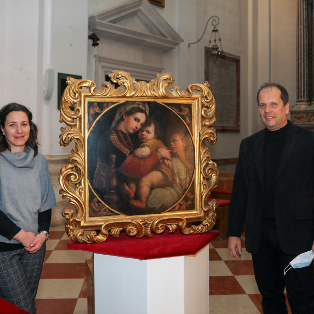 "Tanja Trška i Denis Vokić sa slikom ""Madona della sedia"" iz Biskupske pinakoteke"