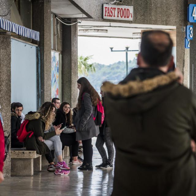 Djeca osnovnih i srednjih škola na autobusnom kolodvoru čekaju buseve nakon završetka nastave
