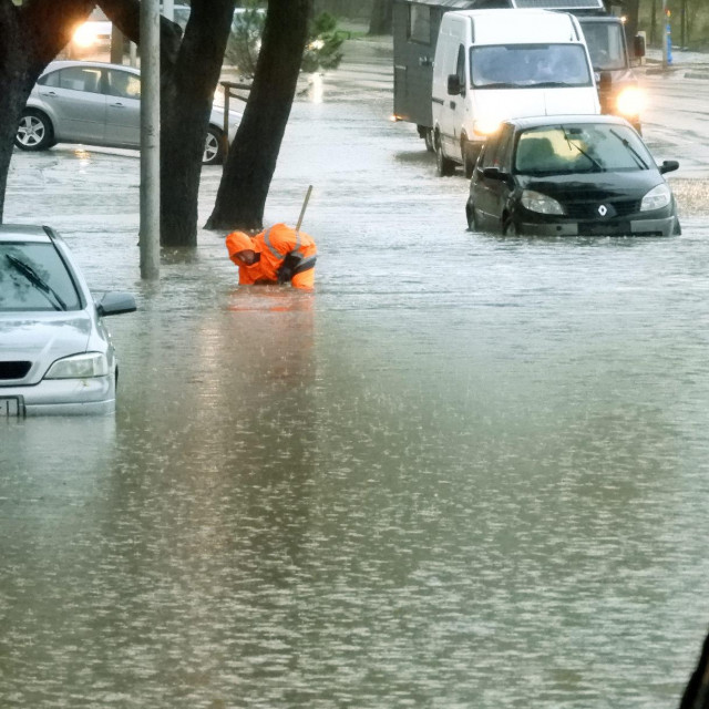 Poplava na križanju Domovinskog rata i Ulice slobode