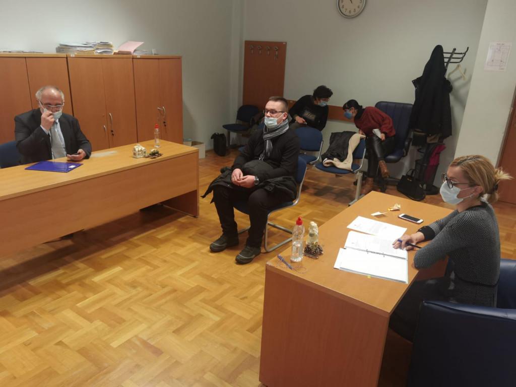 Kao policijski kapelan dobio sam službenu odoru i oznake, što je u kontradikciji s time da nemam ovlaštenja - rekao je Vlahović na sudu<br />